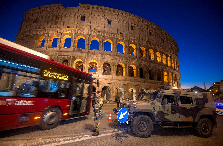 新年期間,義大利在羅馬競技場附近加強安檢。(美聯社)