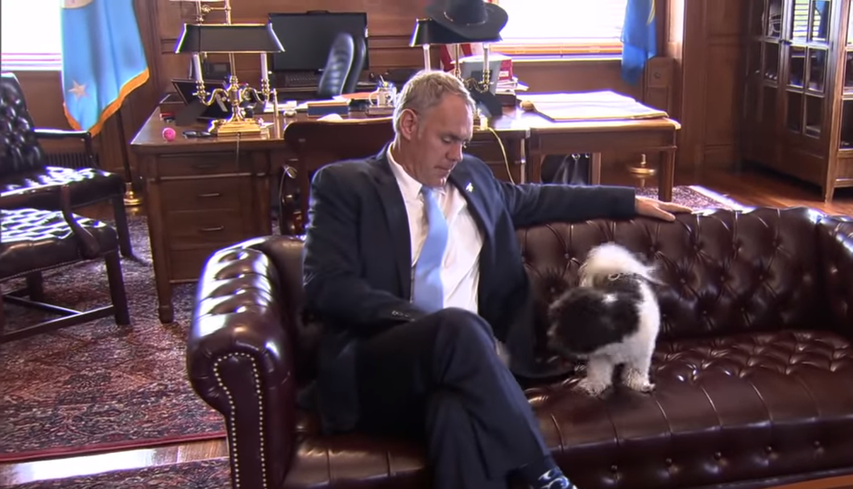 美國內政部長辛克與自己的愛犬(翻攝YouTube)