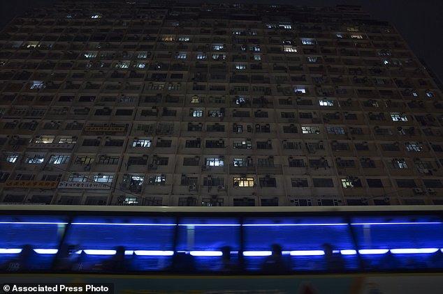 香港居民的貧富差距極大,許多一般人也只能擠在鳥籠般的高樓單位裡。(美聯社)