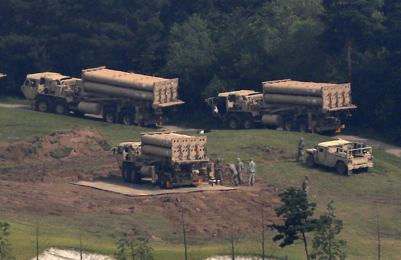 美軍薩德飛彈防禦系統7日強勢部署。(美聯社)