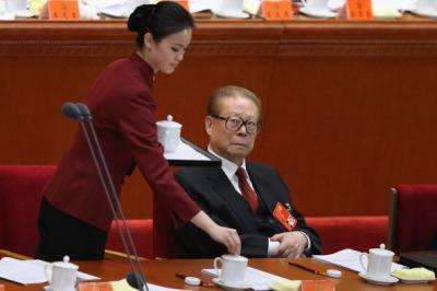 2012年十八大會上,江澤民還是忍不住半刻地看著倒水美女,但這次長進、收斂多了,只有眼神飄過去。(取自網路)