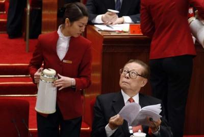 2007年的中共十七大,江澤民眼睛直盯倒水美女,整顆頭仰起來看,毫不避諱。(取自網路)