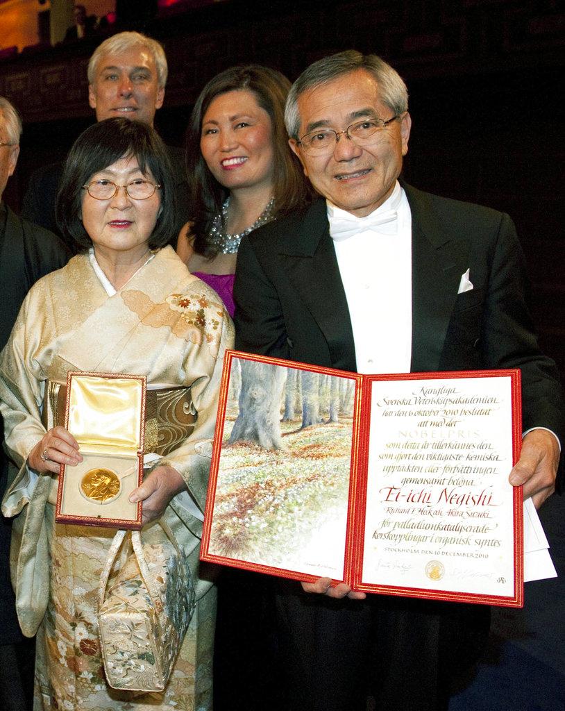 2010年諾貝爾化學獎得主根岸英一(左)獲獎時,婦人根岸堇(右)也陪同領獎。
