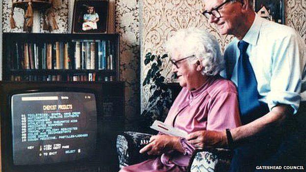 圖片場景被認為是首次網上購物,72歲的簡斯諾博爾用她的電視向當地的超市下訂單。(BBC中文網)