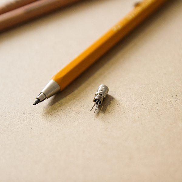 自帶的小型磨芯器,可讓使用者在書寫過程隨時磨尖鈍掉的筆尖。(圖/茶筆巷提供)