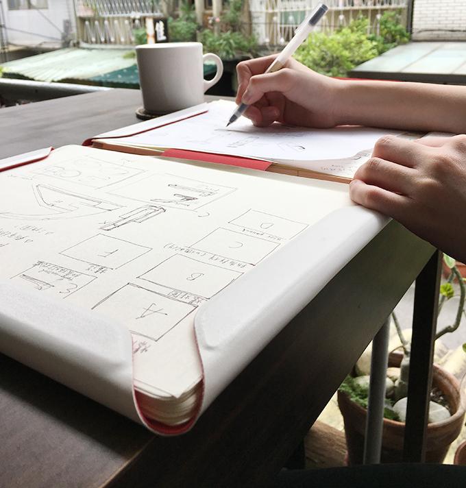可完全攤平的設計,以及大尺寸書寫區域,讓抄寫筆記的過程變得相當流暢。(圖/玩轉科技提供)