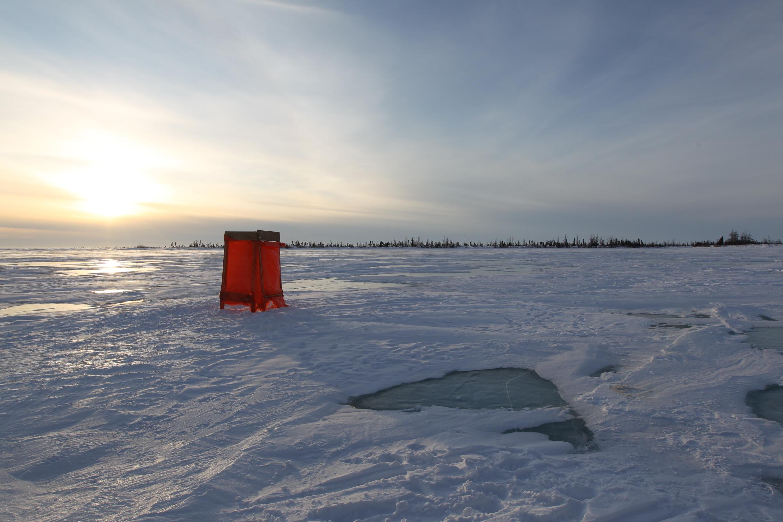 萬里銀白一點紅,雪地中的流動廁所。 (圖/時報出版提供)