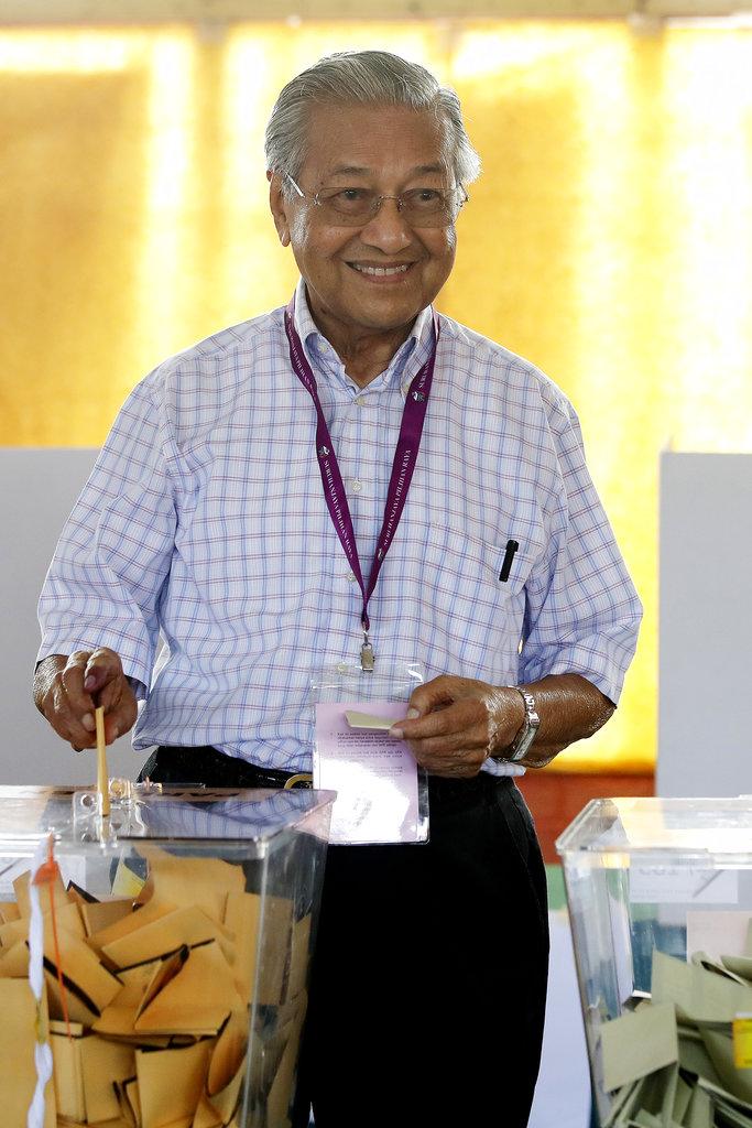 2018年5月9日,馬來西亞舉行國會大選,反對派領袖馬哈地前往投票所投票,對選舉結果有信心。(AP)