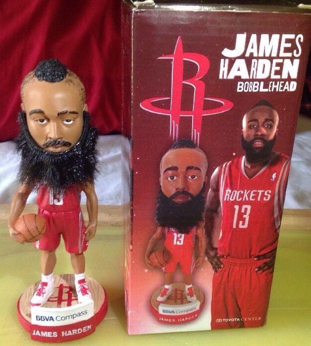 1、休士頓火箭後衛,哈登(James Harden):可拆式的鬍子卻讓整個玩偶看起來活像是個流浪漢。(圖截自HoopsHype網站)