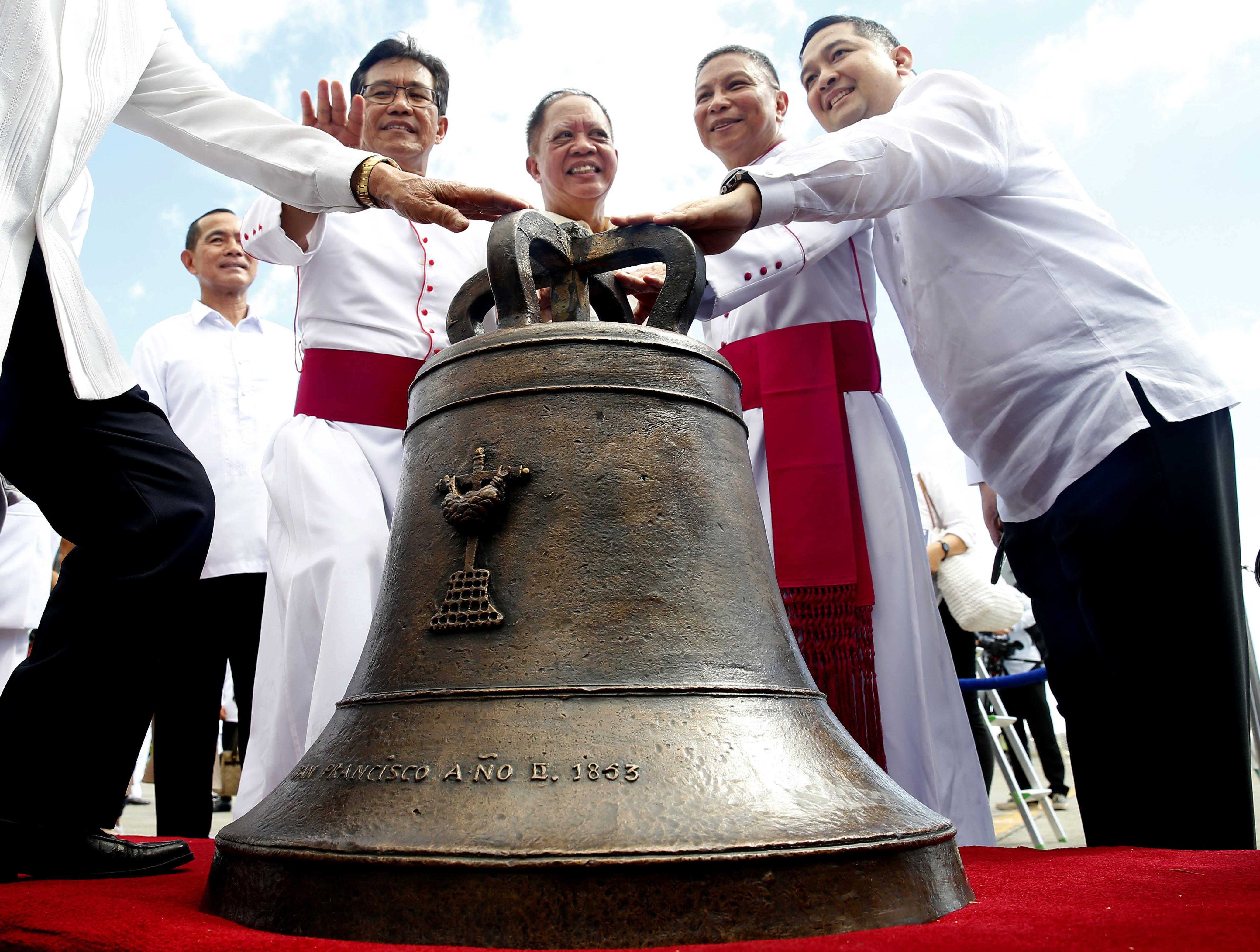 117年前被美軍奪走、做為戰利品的3座教堂大鐘,2018年12月15日物歸原主,抵達菲國中部巴朗吉佳鎮(Balangiga)廣場(AP)