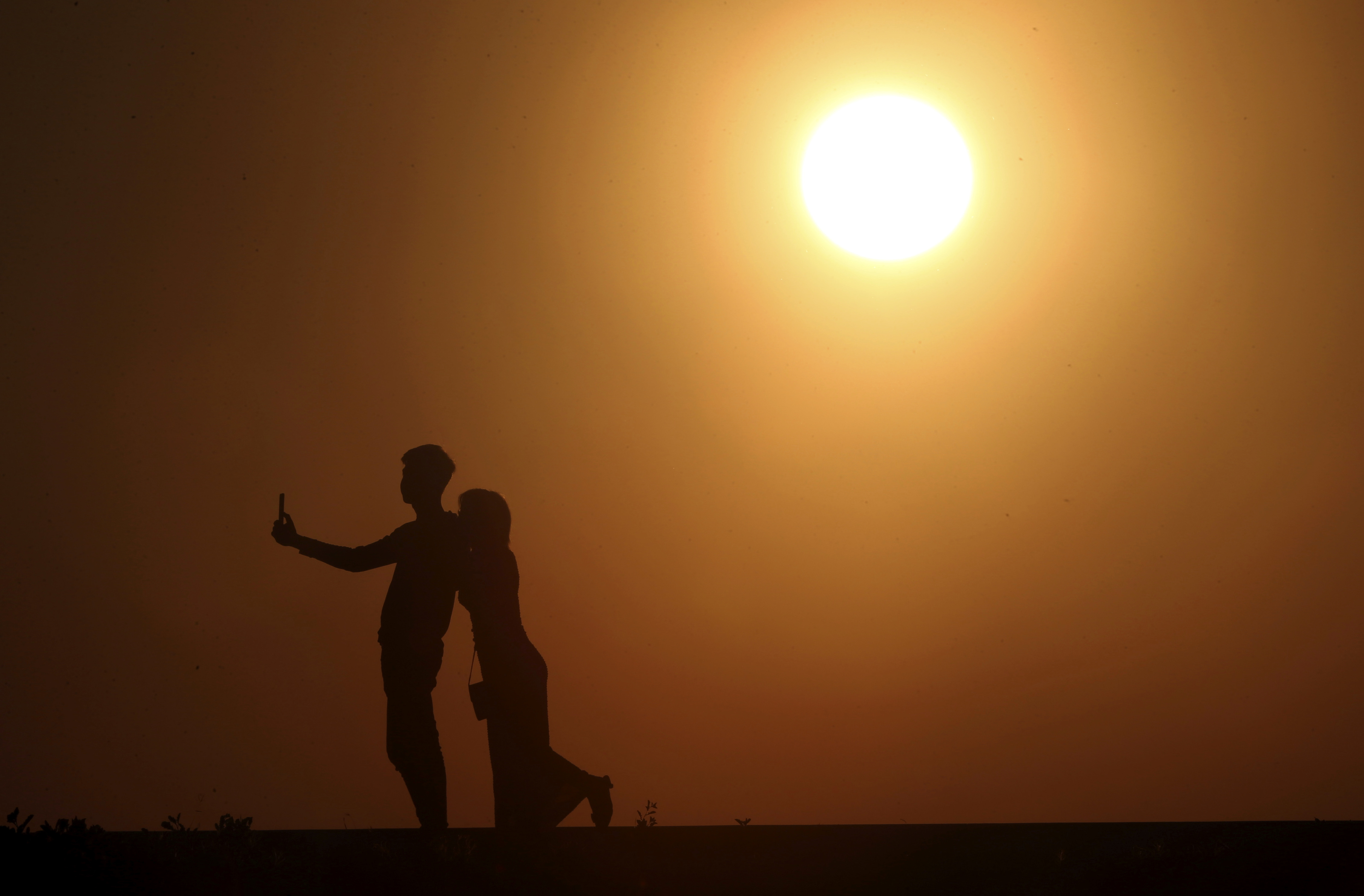 緬甸一對情侶與2018年最後一抹夕陽(AP)