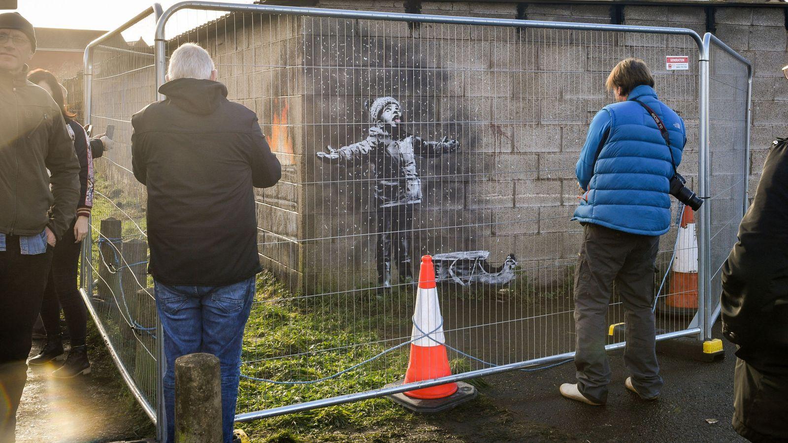 英國威爾斯南部小鎮塔巴特港(Port Talbot)一處車庫牆上,去年12月出現塗鴉畫作,後來證明是英國知名塗鴉大師班克西(Banksy)的作品。(AP)