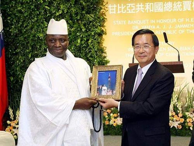 2007年12月甘比亞總統賈梅訪台,陳水扁總統熱情接特。(總統府)