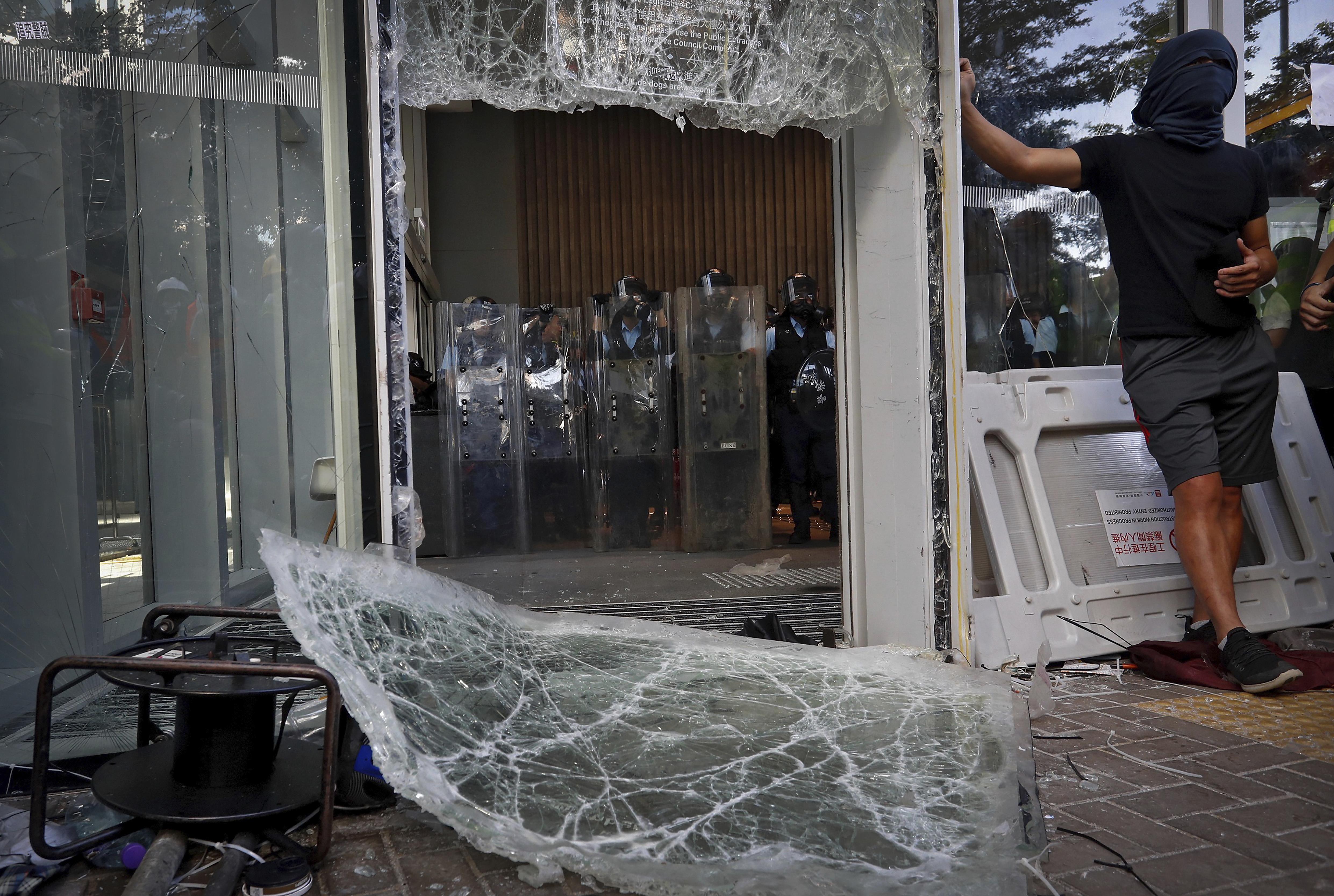 2019年7月1日,香港「反送中」運動示威者衝擊立法會(AP)