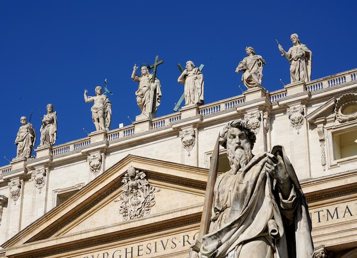 佇立在聖伯多祿廣場的保羅雕像(曾廣儀攝)