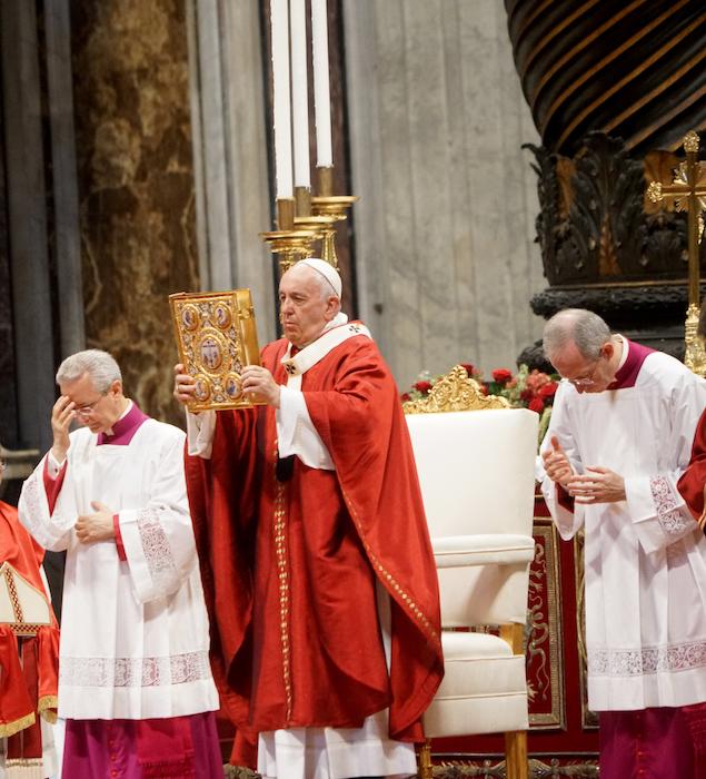 教宗與福音書(曾廣儀攝)