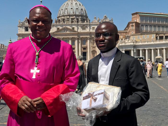 各國總主教接受教友熱烈的祝賀(曾廣儀攝)