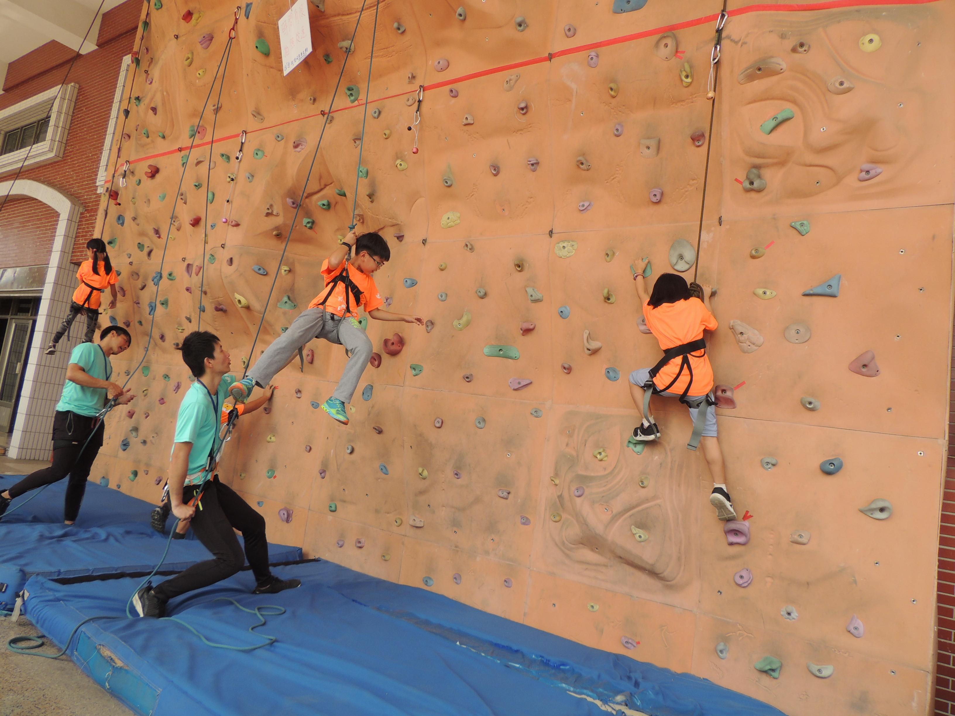 針對12歲以下的小鐵人,量身打造六大核心關卡,透過趣味的體驗方式達到運動成效。(圖/徐炳文攝)