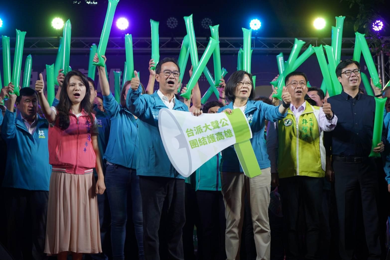 總統蔡英文(右三)、行政院副院長陳其邁(右一)、立委許智傑(右二)和多名民進黨籍市議員皆出席活動。(圖/徐炳文攝)