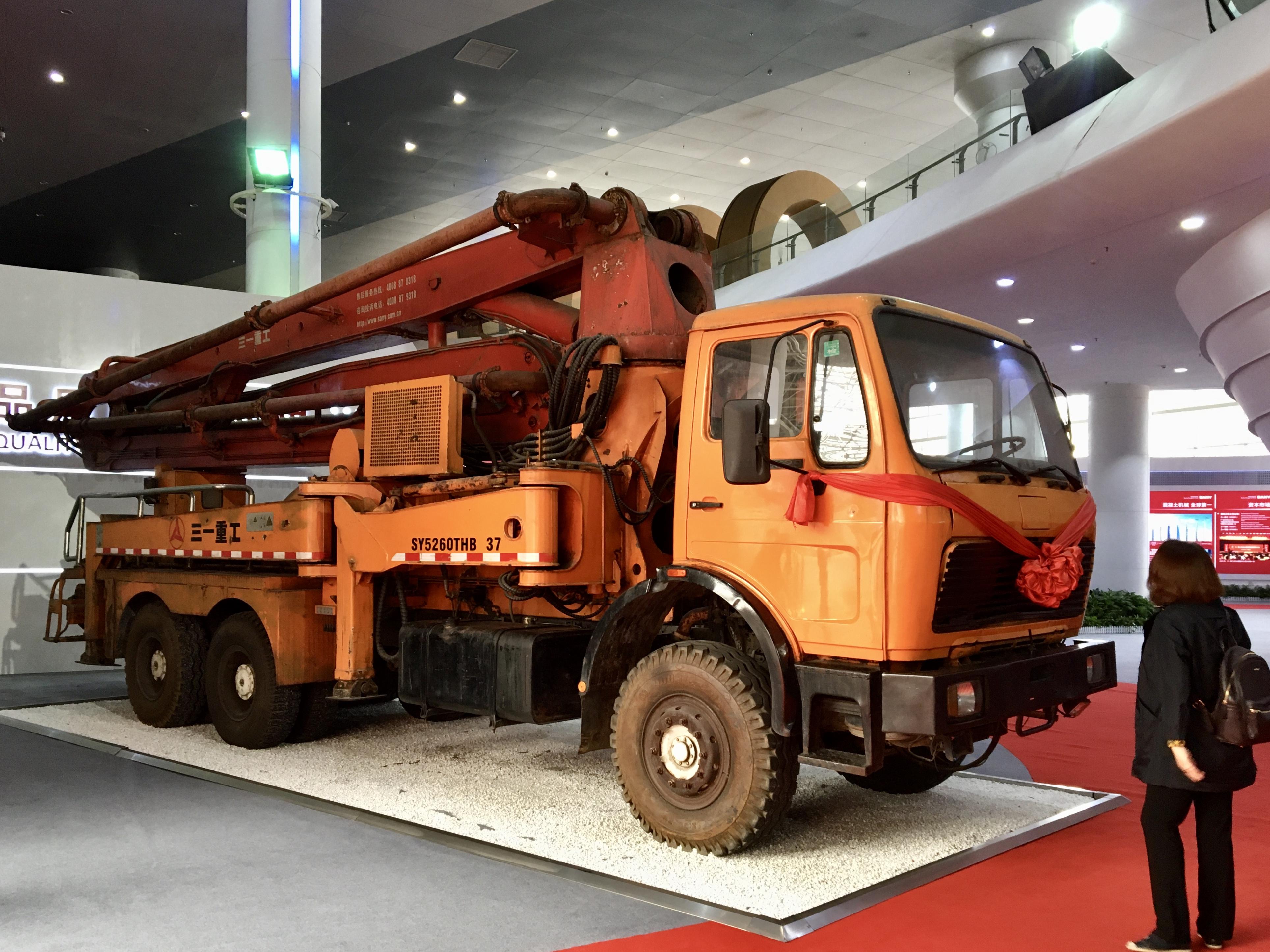 三一重工上個世紀90年代生產的一台混凝土輸送泵車。(新華社)