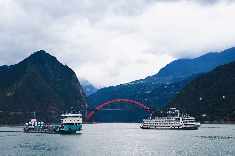 一艘客輪(右)和一艘貨輪行駛在長江三峽巫山段巫峽一帶。(新華社)