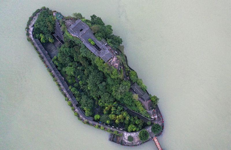 無人機拍攝的長江三峽石寶寨。(新華社)