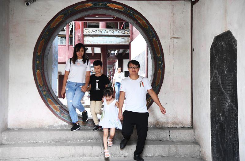 遊客在位於三峽庫區的重慶雲陽張飛廟遊覽。(新華社)