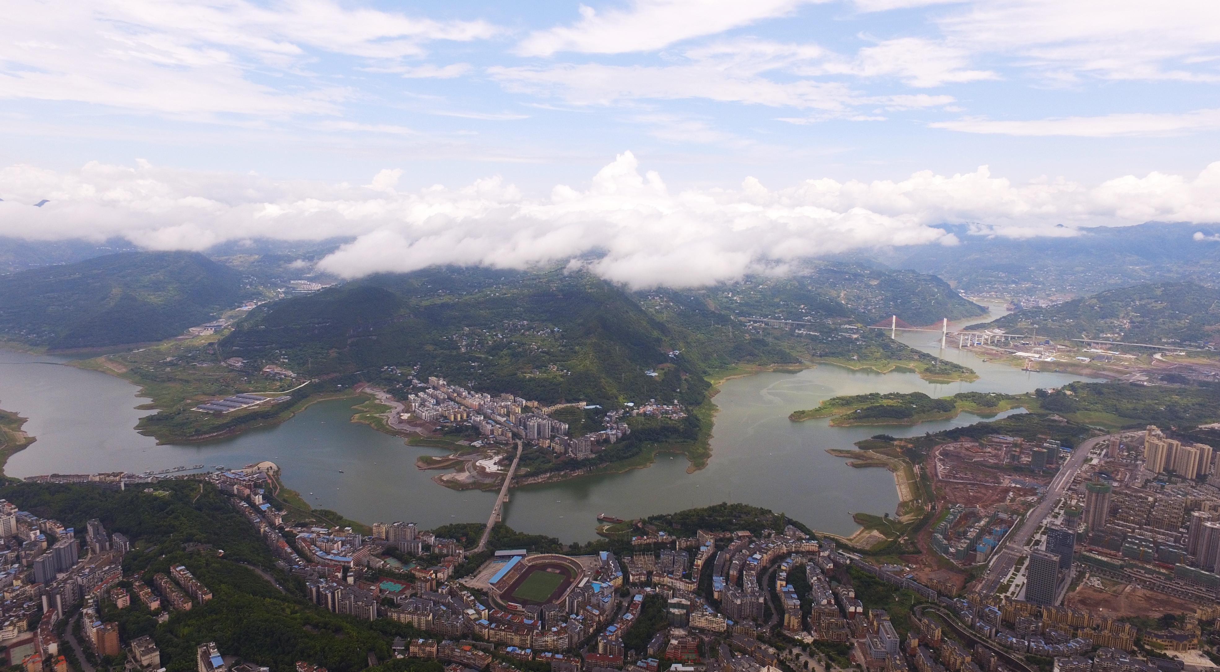 無人機拍攝的三峽庫區重慶雲陽縣城景象。(新華社)