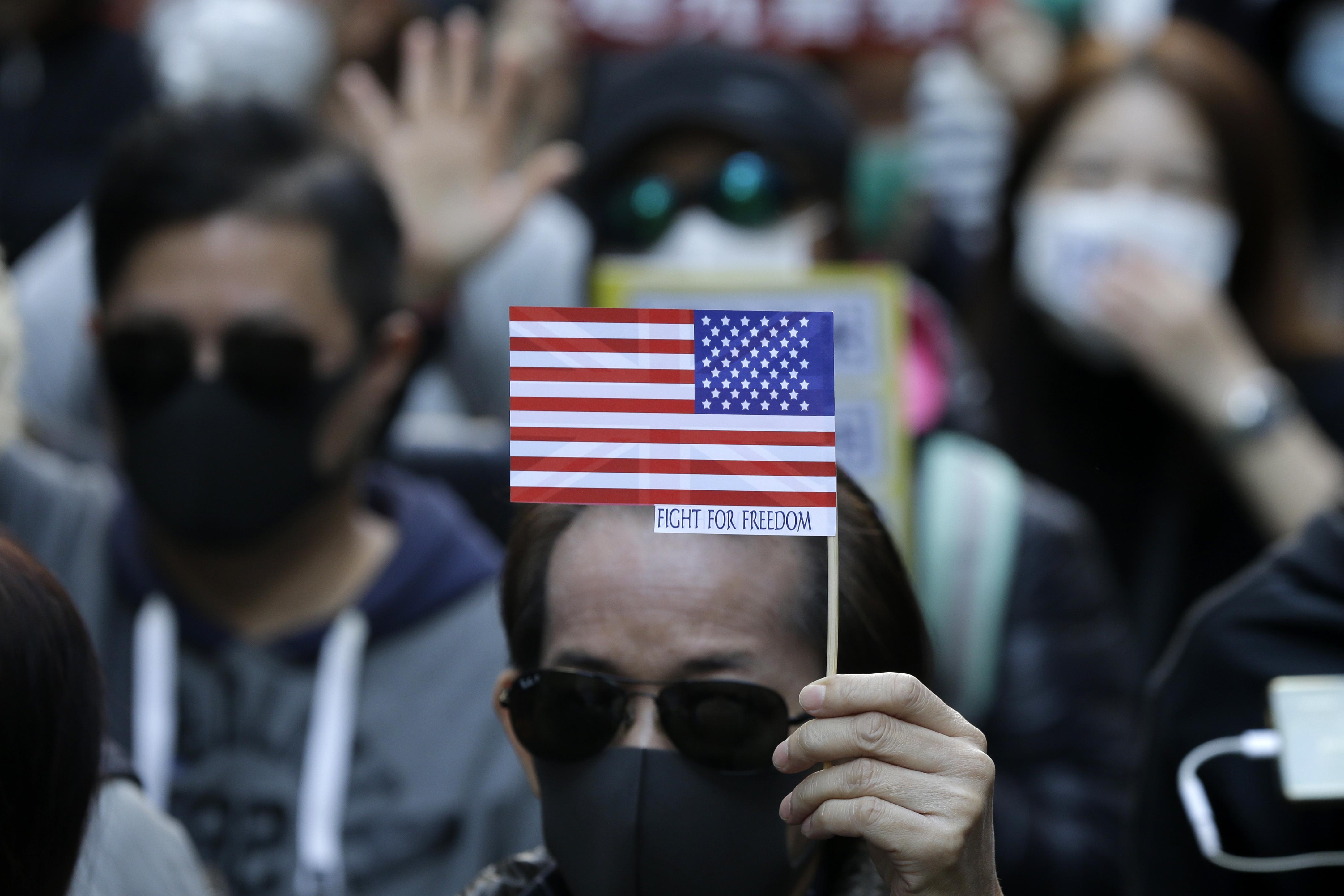 2019年12月8日,香港民陣發起「12.8國際人權日」遊行,參與者拿出美國國旗(AP)