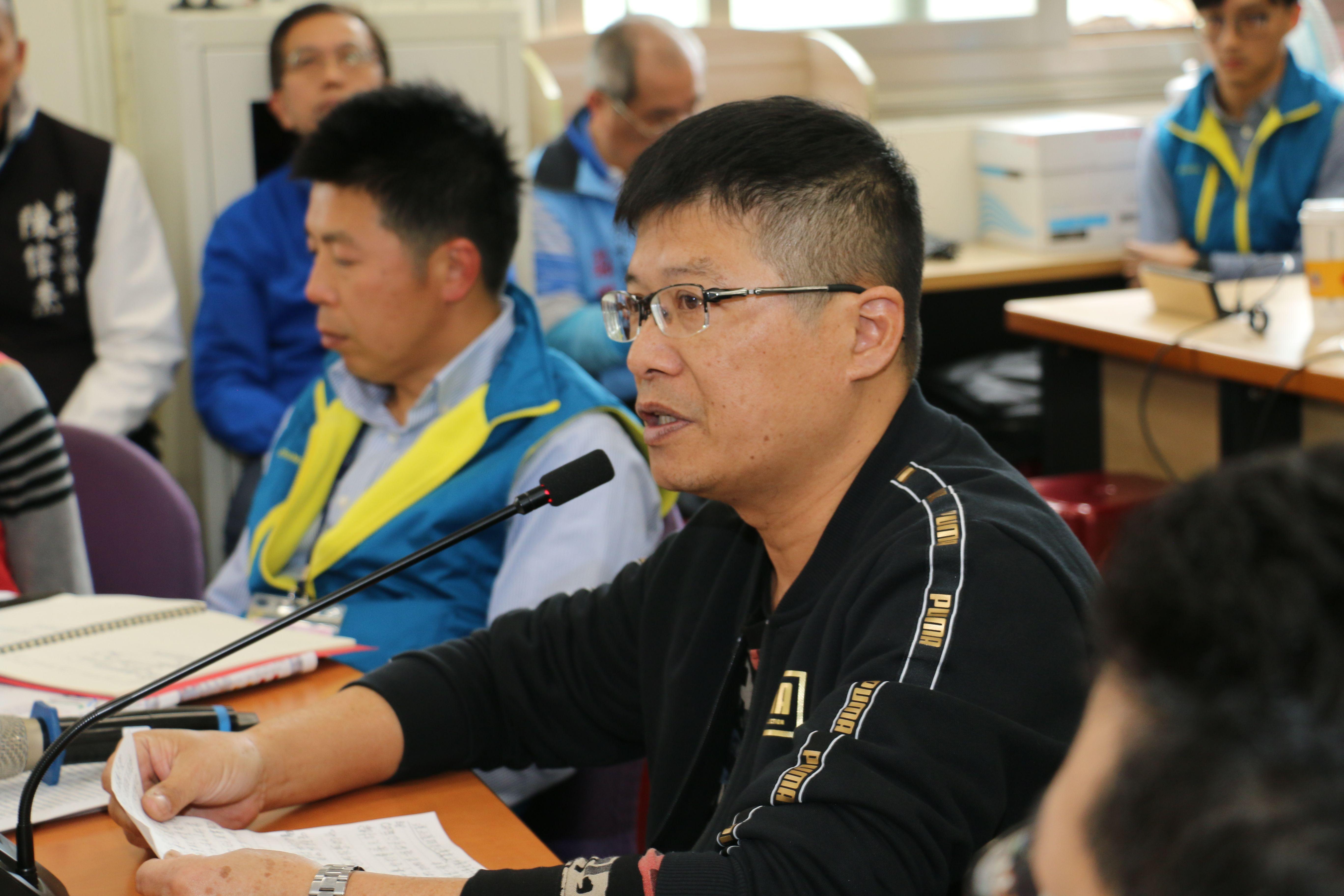 淡水居民在環評會議傳達多年塞車之苦的心聲。 (圖/李梅瑛攝)