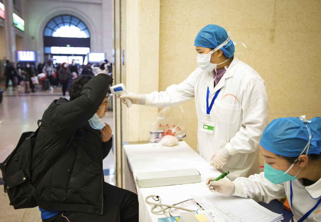 武漢肺炎疫情急遽蔓延,漢口火車站正在進行旅客體溫檢測。(美聯社)