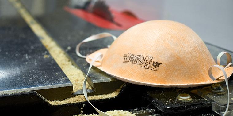 N95口罩是台裔美國教授蔡秉燚數十年研究不織布的心血結晶(圖片來源:田納西大學)