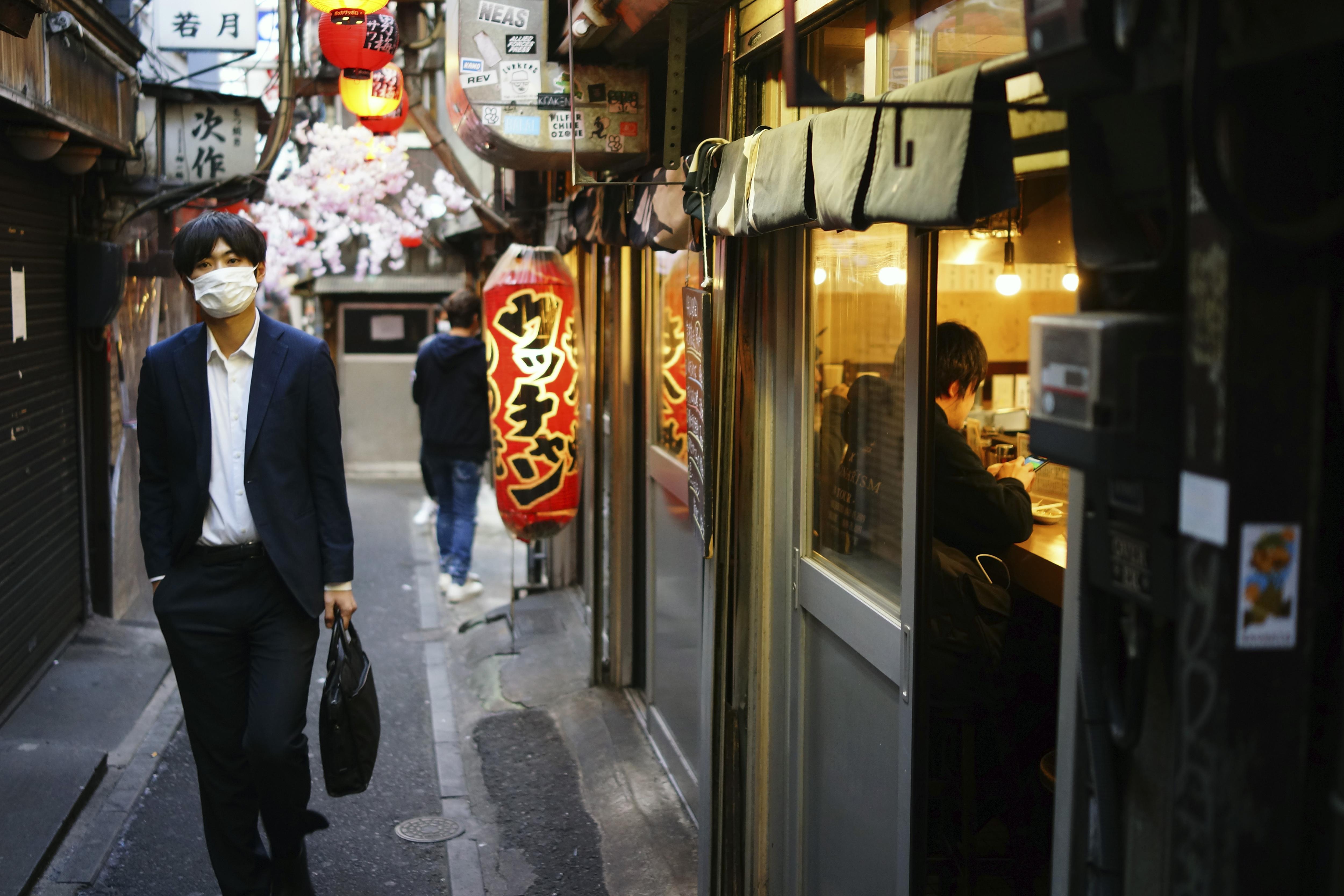 2020年4月,日本新冠肺炎疫清遲遲無法緩解,經濟活動大受影響(AP)