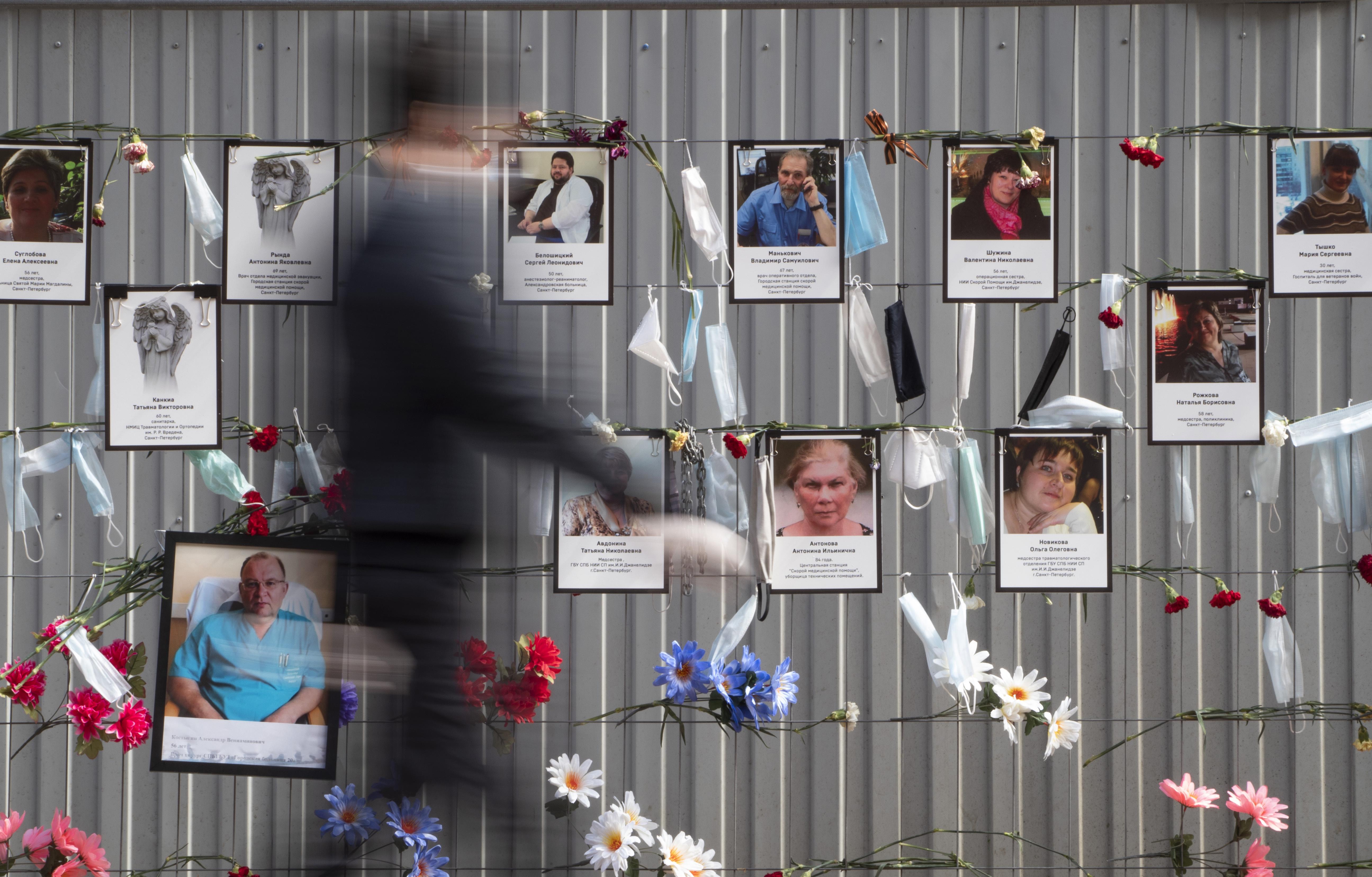 俄羅斯累計確診新冠肺炎病例高居全球第二,聖彼得堡民眾懸掛口罩,紀念病逝的前線醫護人員。(美聯社)