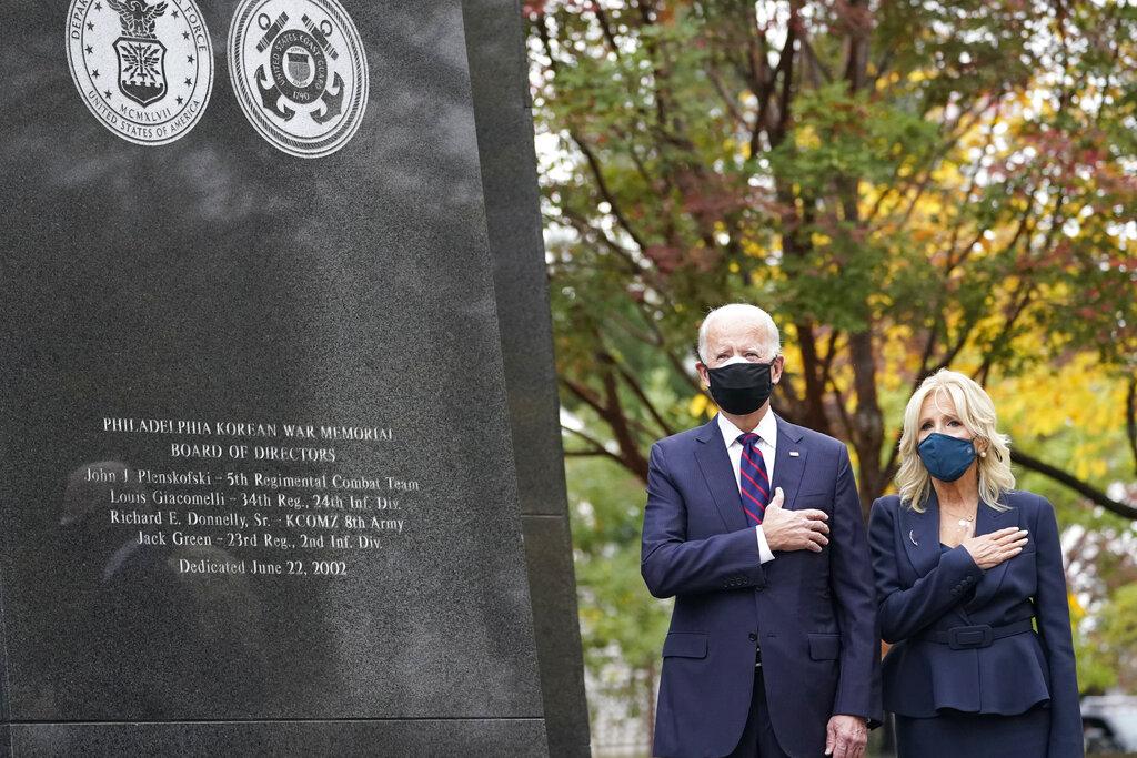 拜登與妻子吉兒11日在費城戰爭紀念館參加退伍軍人的紀念儀式。(美聯社)