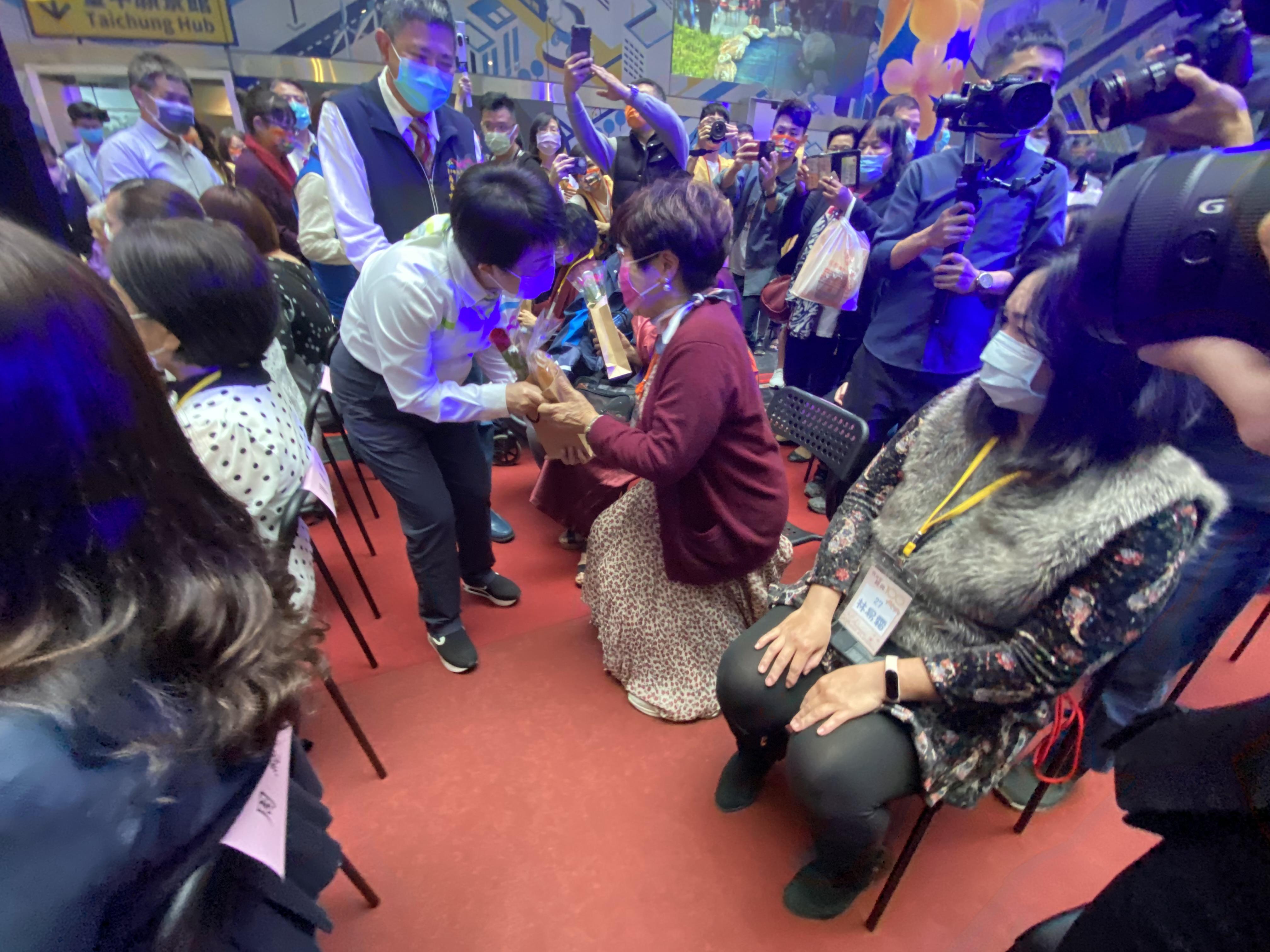 台中市長盧秀燕贈送給玫瑰與麵包給入選女性生命故事的經典女性們。(圖/王秀禾攝)