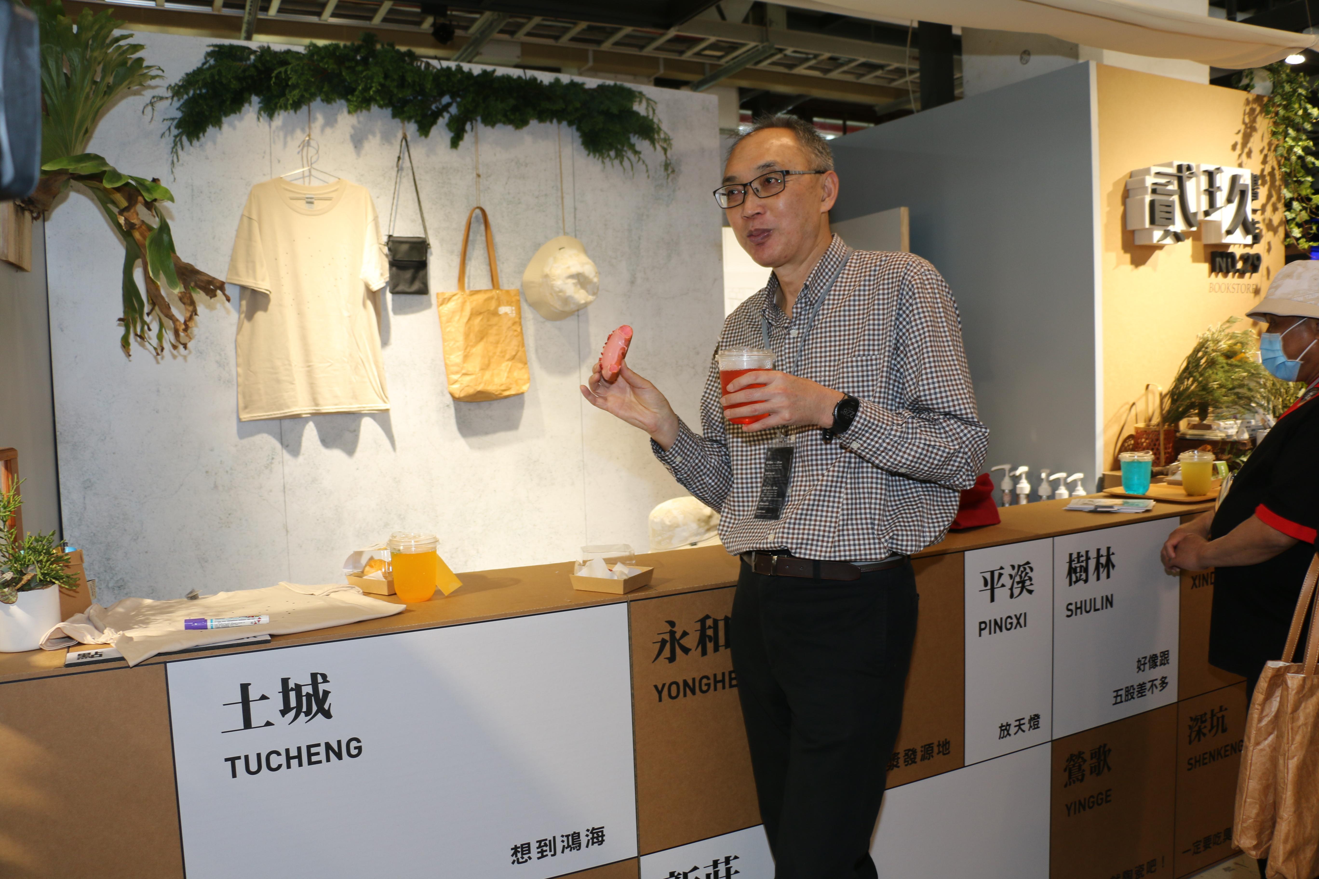 副市長謝政達邀請民眾來看看展覽,品嚐美食,不妨猜猜不同顏色代表那個區域。(圖/李梅瑛)