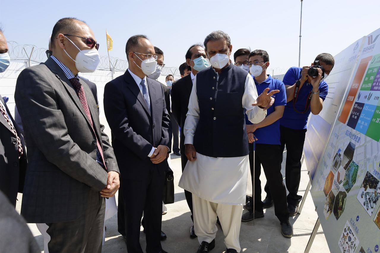 中國駐巴基斯坦大使農融(左二)考察巴國拉沙卡伊特殊經濟區(中國大使館)