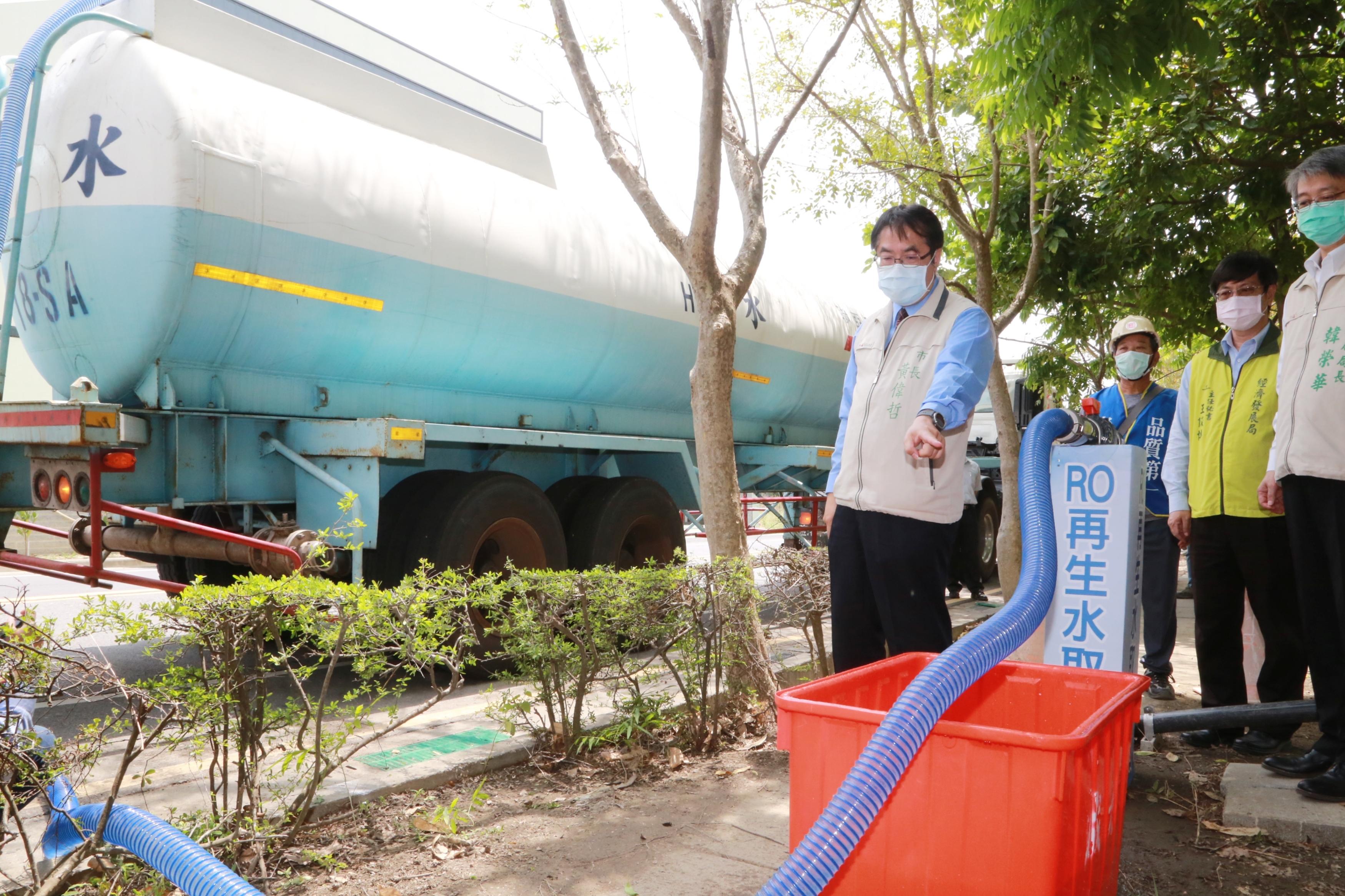 黃偉哲視察樹谷園區RO淨水設備,紓解產業用水需求。(圖/台南市政府提供)