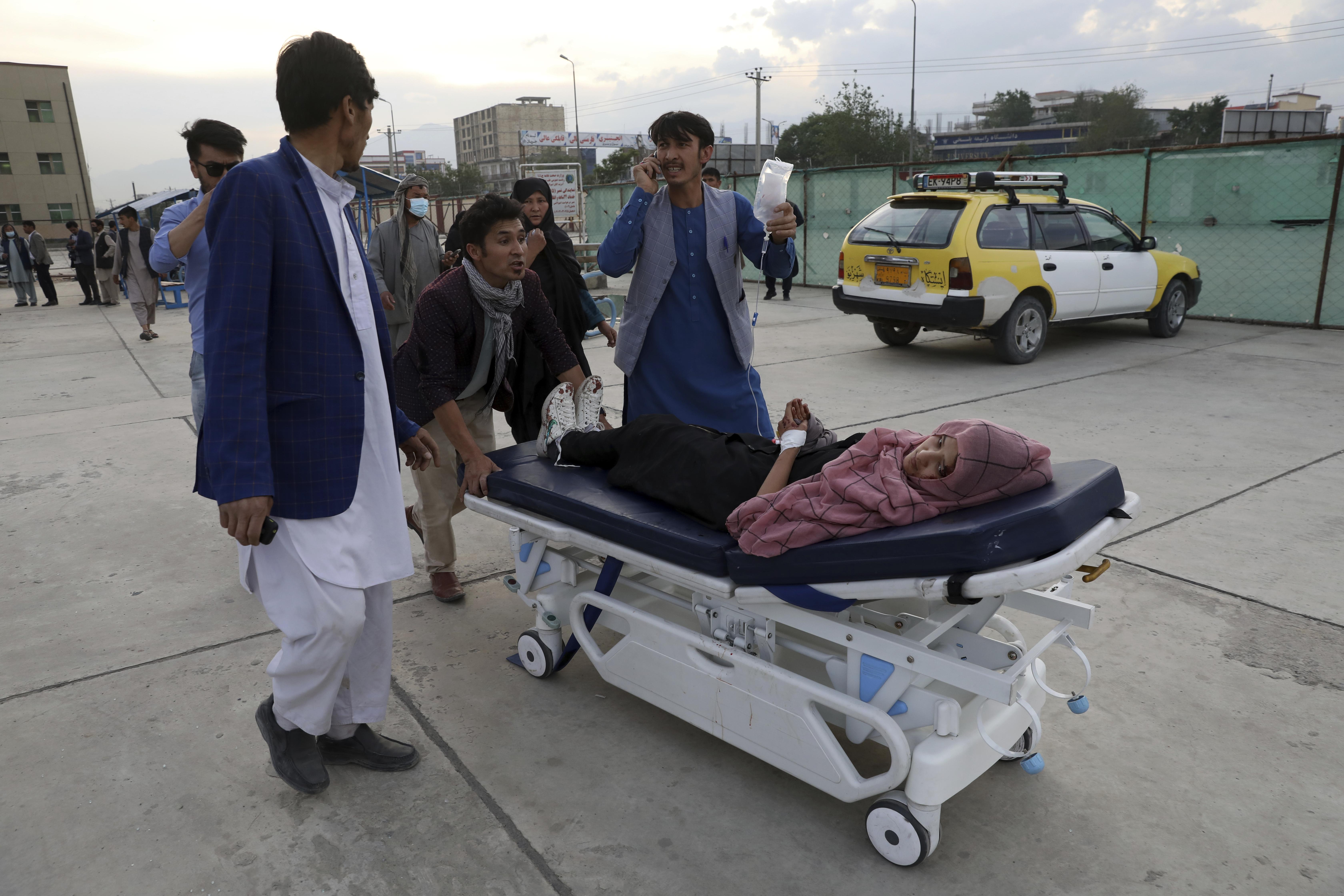 2021年5月8日,阿富汗首都喀布爾一所學校遭到恐怖攻擊,學生死傷慘重(AP)