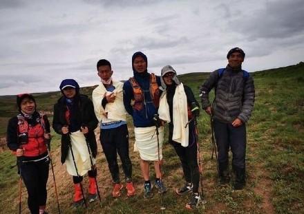 2021年5月22日,中國甘肅一場馬拉松比賽導致21名選手死亡,牧羊人朱克銘(最右)救下6名選手。(取自微博)