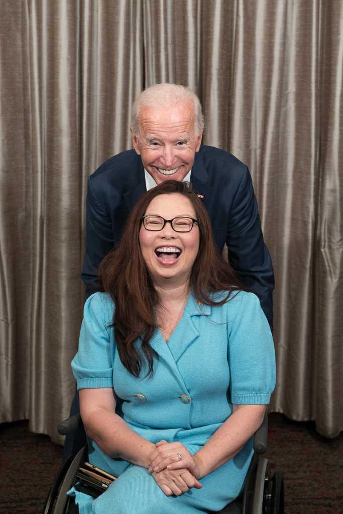 泰裔聯邦參議員達克沃斯(Tammy Duckworth)與美國總統拜登。(翻攝達克沃斯臉書)