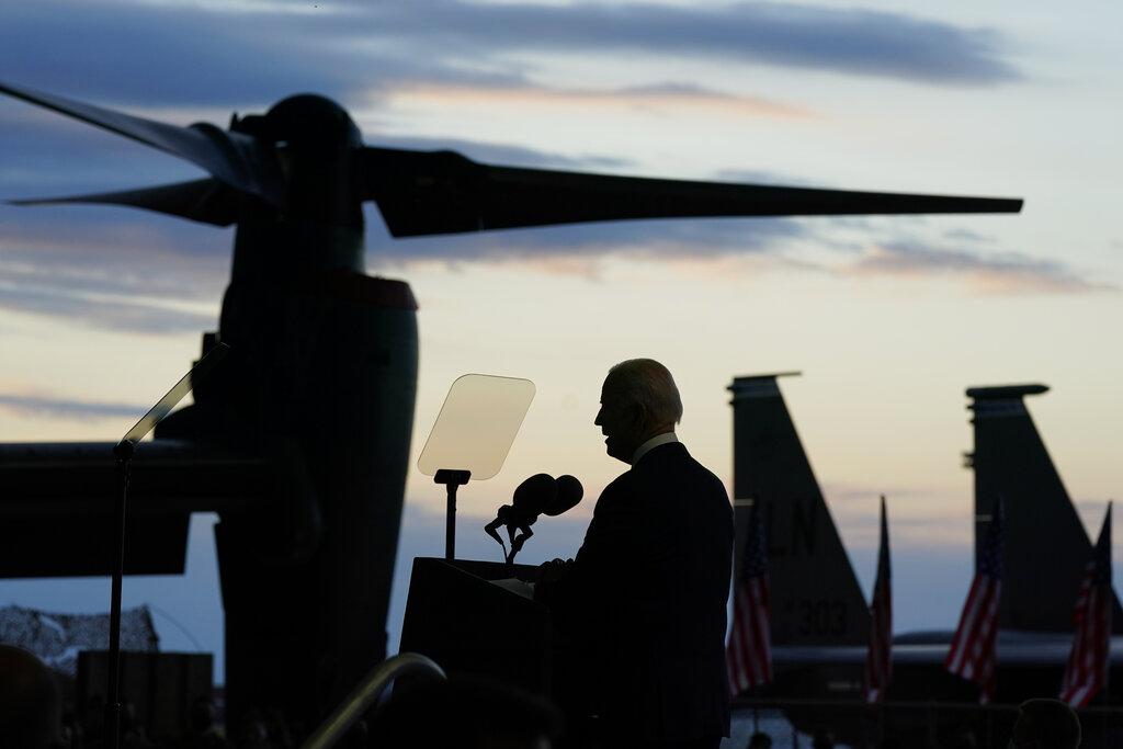 美國總統拜登9日抵達英國,在米登霍爾皇家空軍基地對駐英美軍發表談話。(美聯社)