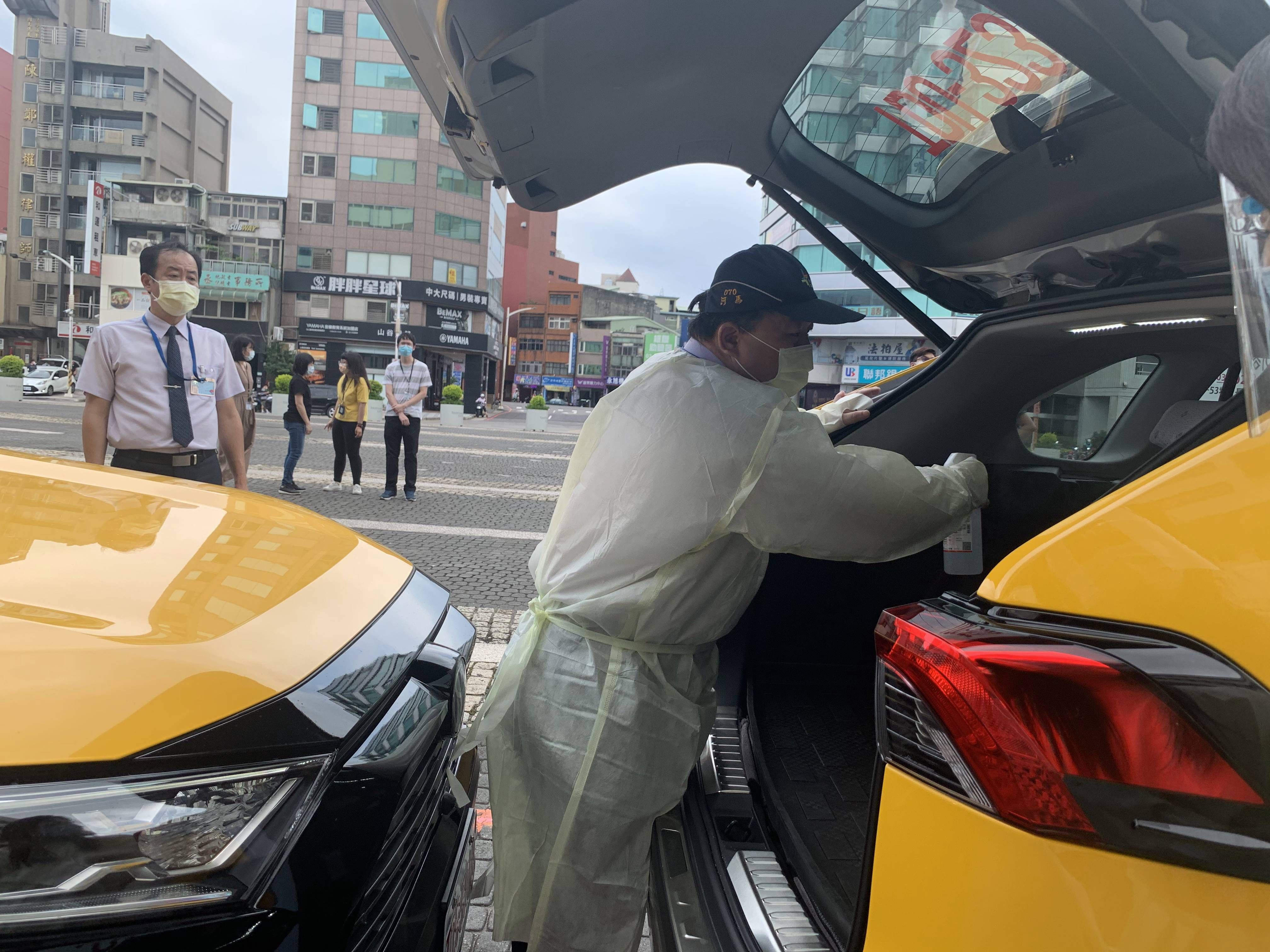 桃園市防疫車隊司機工作時,戴上口罩、防護面罩,穿上隔離衣,防護升級,保護自己,也讓乘客安心。(圖/雲豹能源提供)