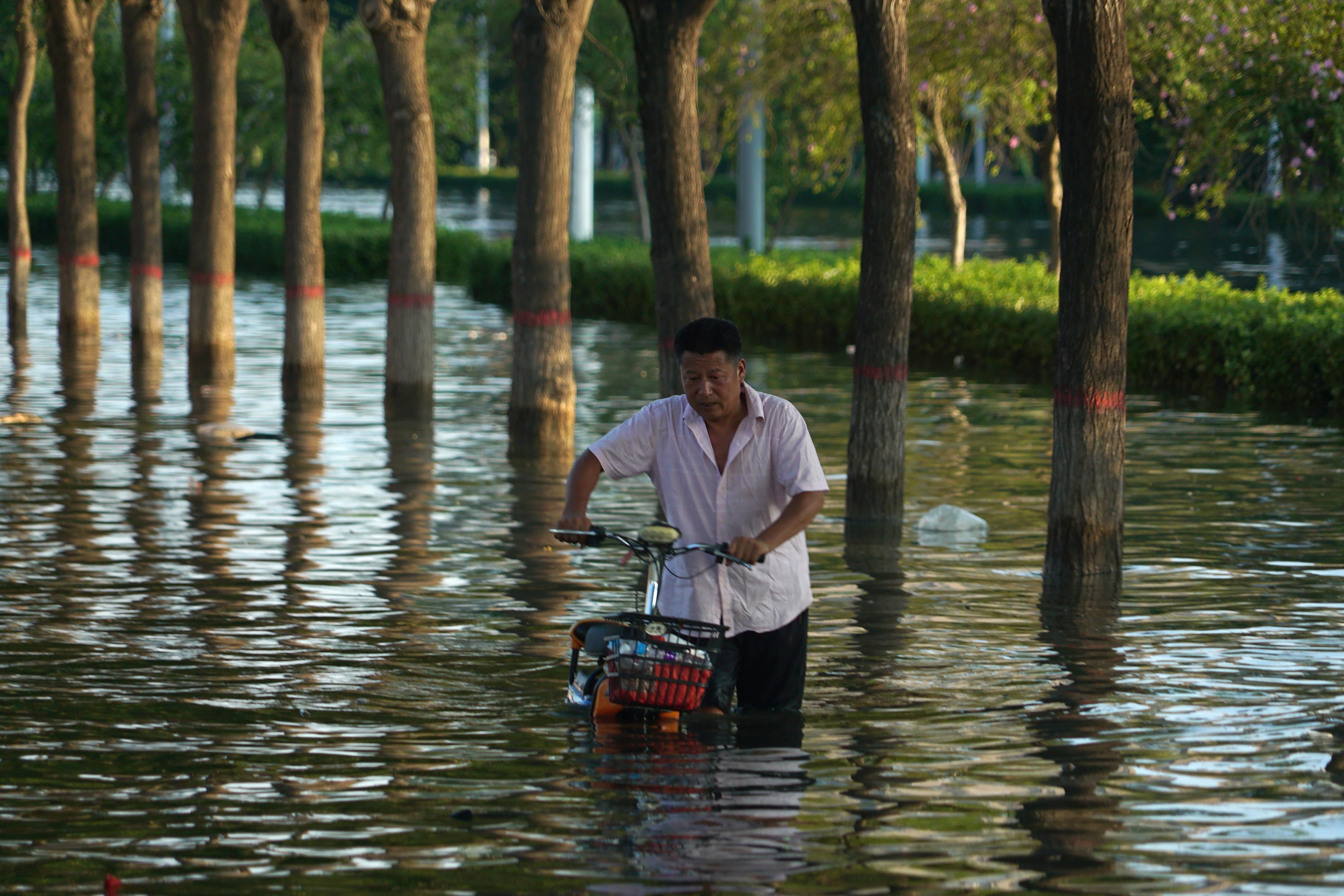 2021年7月,中國河南鄭州發生嚴重洪水,造成慘重死傷與經濟損失(AP)
