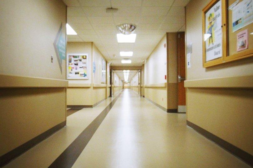 為何病人總堅持拔掉鼻胃管?醫師揭鼻胃管3大真相,家屬的善意常常壓垮了病患…