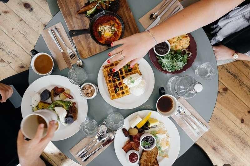 為何現代人快樂也吃、傷心也吃,天天吃吃吃?臨床心理師道出背後原因