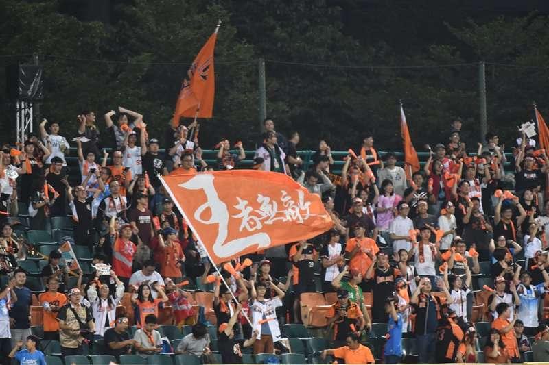 翹課、搭夜車看球賽,歷經5次假球案仍不離不棄!資深球迷用這樣的熱情,撐起台灣棒球