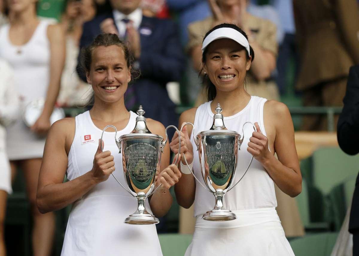 網球》微笑享受比賽 謝淑薇溫布頓女雙奪生涯第三座大滿貫金杯