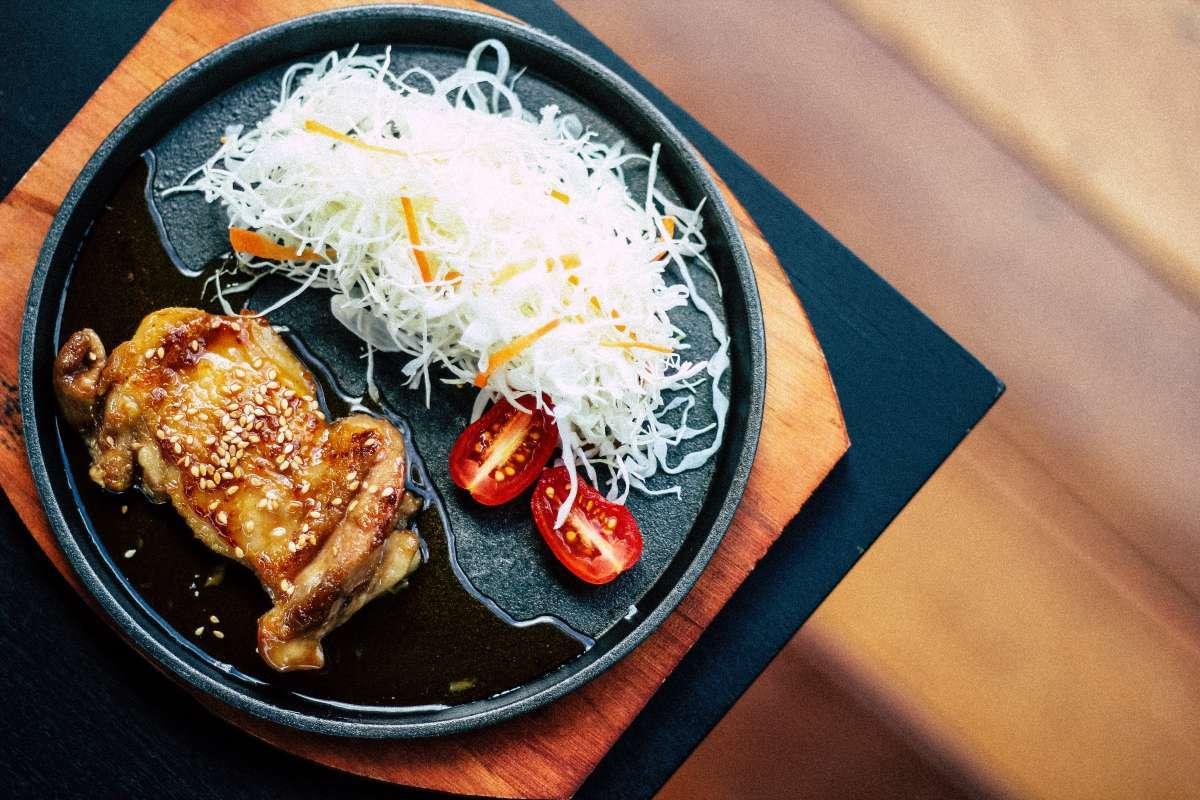 國產雞肉至多放半年、進口雞肉就能保存兩年?食藥署呼籲,生鮮雞肉保存期限應標示一致
